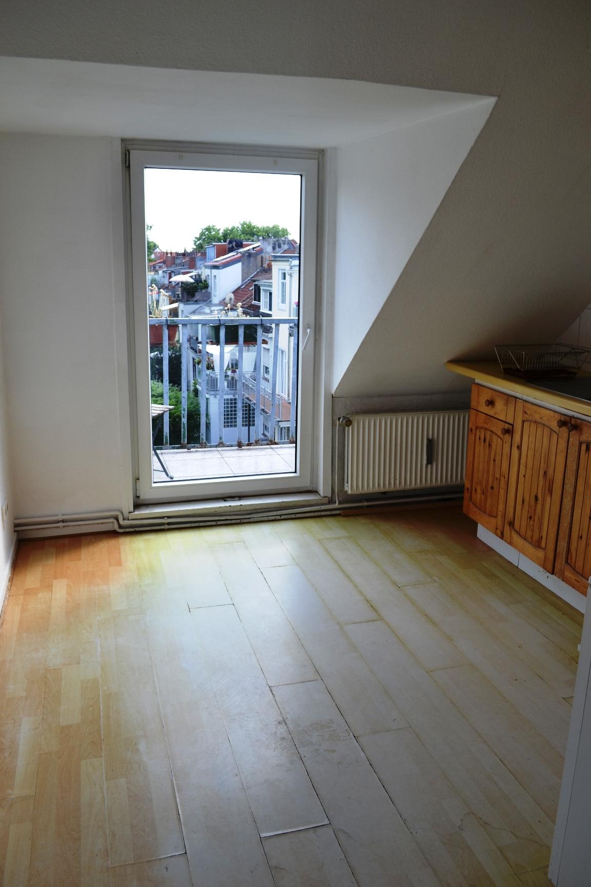 Renovierungsbedürftige Dachgeschoss Wohnung Mit Kleinem Balkon